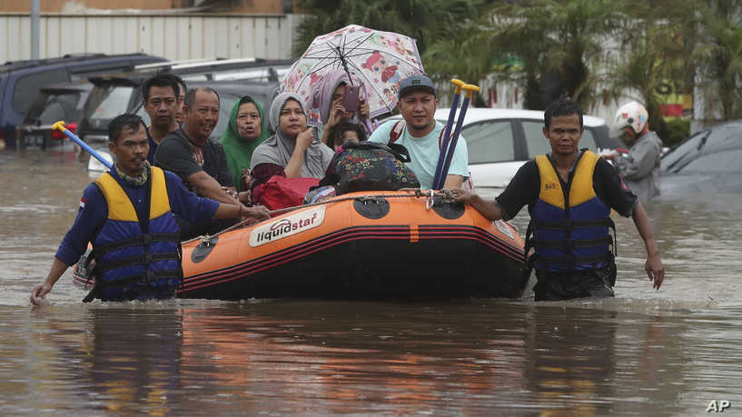 Indonesia floods - 21 Dead, Thousands Caught In New Years Flooding In Indonesia Capital